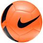 Fotbalový míč Nike Pitch Team Unisex Orange 5má jasnou grafiku, takže ho můžete vidět jasně za jakéhokoliv počasí. Jeho 32dílná konstrukce zajišťuje přesný let.Vyšší viditelnost usnadňuje sledování míče na hřišti.Robustní a hladký povlak umožňuje dlouhou životnost míče. 32dílná konstrukce rovnoměrně rozptyluje energii nárazu.Pryžová duše zvyšuje odolnost vůči ztrátě vzduchu a deformaci.